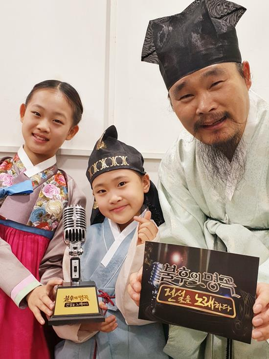 원래는 5명 정도 낳고 싶었죠. 김봉곤은 1남3녀의 자녀 중 셋째 넷째 도현(맨 왼쪽) 다현(가운데) 두 딸과 국악그룹으로 활동 중이다. 사진은 KBS2 불후의 명곡 출연 당시. /쇼당이엔티