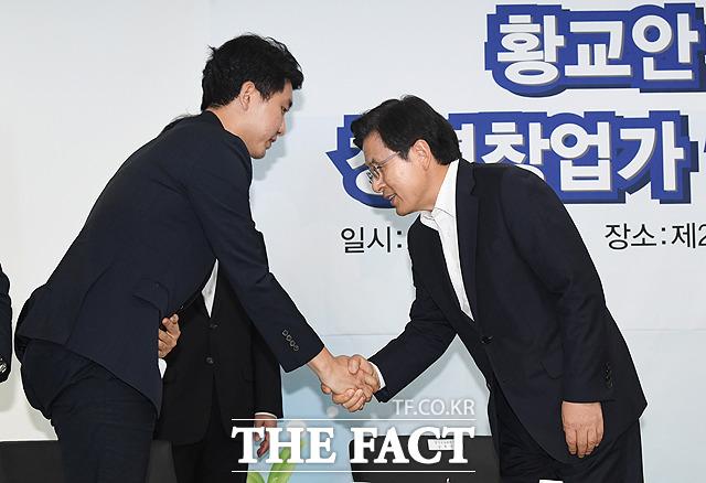 청년창업가와 인사하는 황 대표(오른쪽)