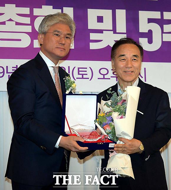 케이세웅건설 유진현 회장(왼쪽)이 김충환 평화통일연구원 이사장에게 공로패를 수여하고 있다.