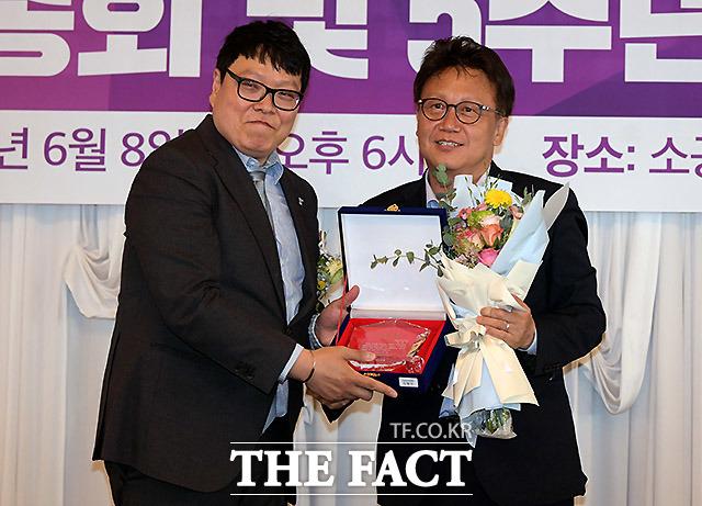 미함사 오지훈 대표(왼쪽)가 더불어민주당 민병두 의원에게 공로패를 수여하고 있다.