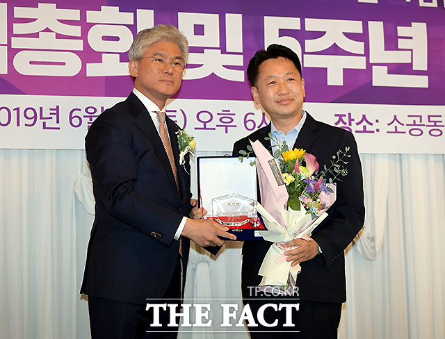 케이세웅건설 유진현 회장(왼쪽)이 고영인 더불어민주당 안산 단원갑 지역위원장에게 공로패를 수여하고 있다.