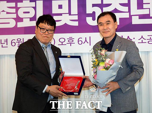 미함사 오지훈 대표(왼쪽)가 김정호 민족화해협력범국민협의회 체육교류위원장에게 공로패를 수여하고 있다.