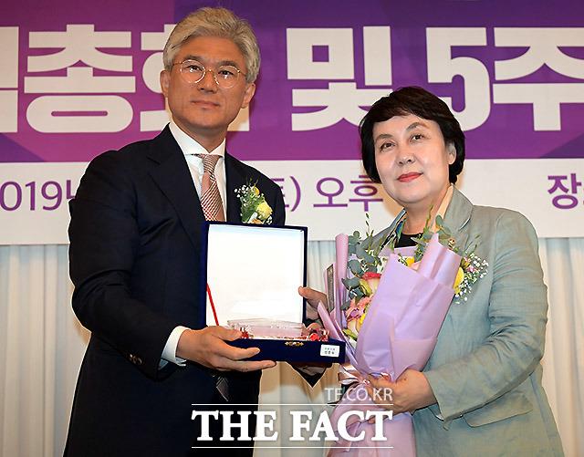 케이세웅건설 유진현 회장(왼쪽)이 정춘숙 더불어민주당 의원에게 공로패를 수여하고 있다.