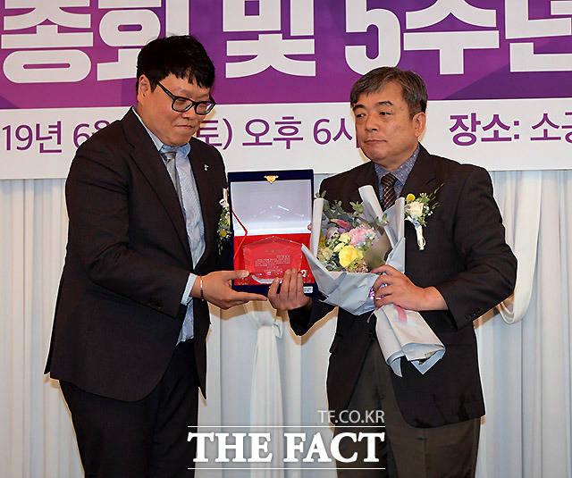 미함사 오지훈 대표(왼쪽)가 윤정섭 정신건강의학과 전문의에게 공로패를 수여하고 있다.