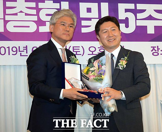 케이세웅건설 유진현 회장(왼쪽)이 서인택 한국 글로벌피스재단 회장에게 공로패를 수여하고 있다.