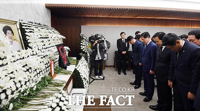 손학규 바른미래당 대표(왼쪽에서 네 번째)를 비롯한 바른미래당 의원들이 11일 오후 서울 서대문구 신촌 세브란스 병원 장례식장에 마련된 고 이희호 여사 빈소를 찾아 조문하고 있다. /이동률 기자