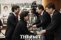 [TF포토] 유가족 위로하는 권양숙 여사와 유시민 이사장
