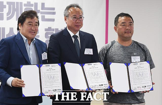 오석근 영화진흥위원회 위원장(가운데)과 영화 분야 관계자들이 사인을 마친 자치규약서를 들고 기념사진 촬영을 하고 있다.