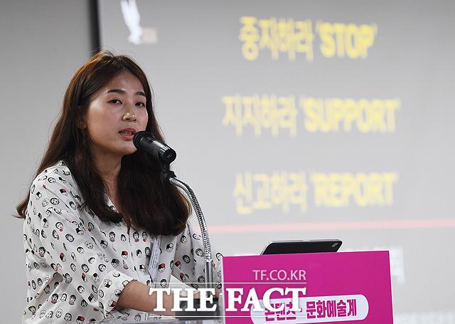 촬영장 내 성희롱 예방을 위한 수칙을 설명하는 영화감독 이윤정