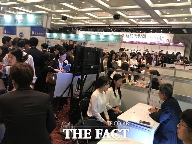 한국제약바이오협회는 지난해 취업박람회장 보다 넓은 규모의 서울 양재동 소재 aT센터에 마련했으며, 기업 부스도 지난해 보다 대폭 확대할 계획이라고 밝혔다. 사진은 지난해 개최된 2018 한국 제약·바이오산업 채용박람회의 모습. /더팩트 DB