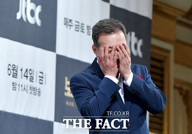 민망함에 얼굴을 가린 김갑수.