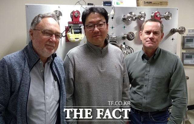 삼성전자는 서울대학교 전기정보공학부 한승용 교수(가운데) 연구팀이 미국 고자기장연구소와 공동으로 무절연 고온 초전도 자석을 이용해 직류 자기장 세계 최고 기록을 달성했다고 13일 밝혔다. /삼성전자 제공