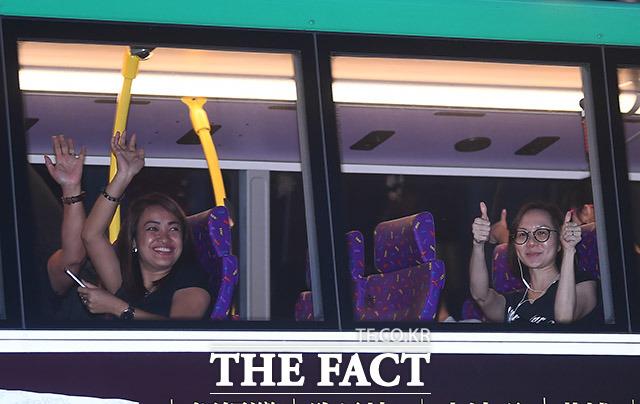 시위대에게 손을 흔들어주는 버스 승객들