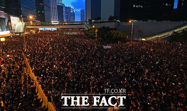 홍콩 시민들이 16일 저녁 홍콩 정부청사 앞에서 범죄인 인도법 폐지를 촉구하며 구호를 외치고 있다. /홍콩=이동률 기자