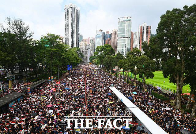 16일 오후 홍콩 빅토리아 파크 인근에서 시민들이 범죄인 인도법 폐지를 촉구하는 대행진을 하고 있다. /홍콩=이동률 기자