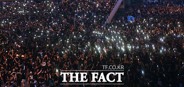 시민들이 핸드폰 불빛을 이용해 독재 타도 구호를 외치고 있다.