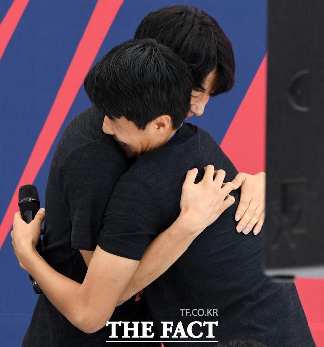 애교 다시 보여주세요~ 심판에게 했던 애교 다시하는 김현우(오른쪽)