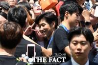 [TF포토] 팬들과 기념촬영하는 이강인