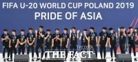 [TF포토] 축구 역사 새로쓴 U-20 대표팀… '환영식 마치고 감사 인사'