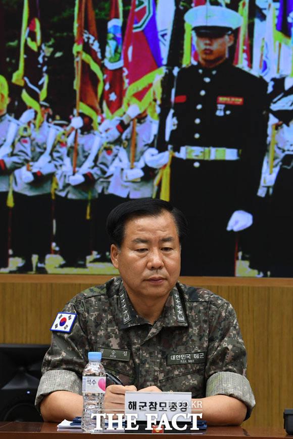 정경두 장관의 모두발언 듣는 심승섭 해군참모총장
