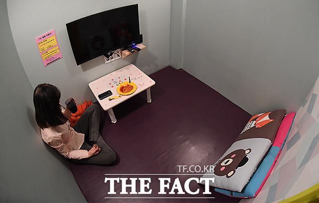밀실로 내부가 보이지 않는 룸카페 밀실 내부 벽에는 TV가 설치돼 있고 매트와 방석이 놓여 있다. 작은 탁상이 마련돼 있으나, 성인 2명이 누울 공간은 충분하다.