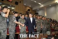 [TF포토] 정경두 장관과 악수 나누는 심승섭 해군참모총장