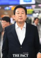 [TF포토] 무안경 3D 디스플레이 시청하는 김무성 의원