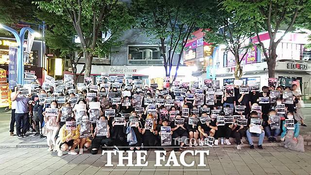 지난 12일 홍콩인 70여 명이 지하철 2호선 홍대입구역 인근에서 반송중 시위를 마친 후 단체사진을 찍고 있다. /신디 램 제공