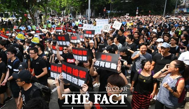 16일 오후 홍콩 빅토리아 파크 인근에서 시민들이 범죄인 인도법 폐지를 촉구하는 행진을 하고 있다. /홍콩=이동률 기자
