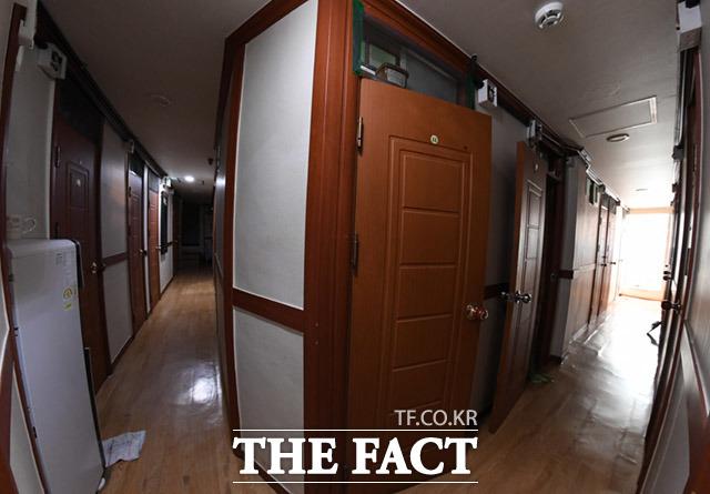최대한 많이 수용하기 위해 다닥다닥 좁게 만들어진 쪽방건물.