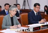 [TF포토] 대북 관련 현안 질의 받는 강경화 장관과 김연철 장관