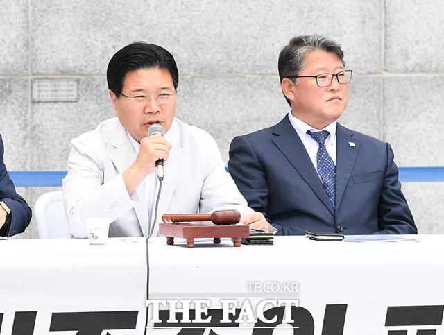 최고위원회의에 참석해 발언하는 홍문종 의원(왼쪽)과 조원진 우리공화당대표