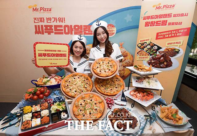 미스터피자의 여름 신메뉴인 씨푸드아일랜드 피자의 출시를 기념하는 행사가 26일 오전 서울 중구 무교동 미스터피자 청계광장점에서 열린 가운데 모델들이 제품을 선보이고 있다. /김세정 기자