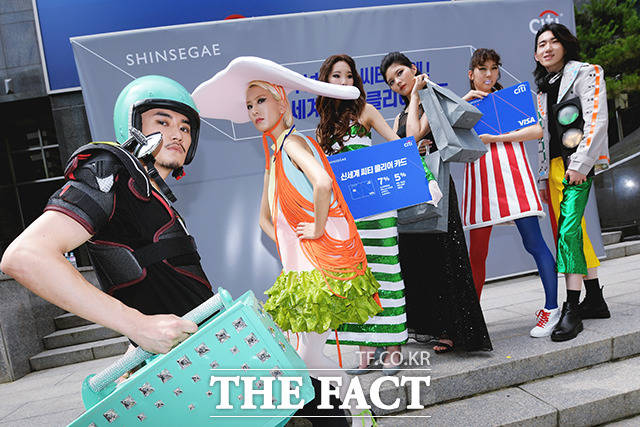 27일 오전 서울 중구 한국씨티은행 본점에서 신세계 씨티 클리어 카드 출시 행사가 열린 가운데 모델들이 카드 할인 혜택을 상징하는 의상을 입고 포즈를 취하고 있다. /이선화 기자