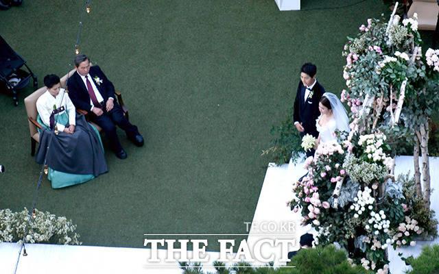 배우 송혜교, 송중기가 결혼 1년 8개월 만에 이혼 절차를 밟는다. 사진은 지난 2017년 10월 31일 결혼식 장면. /사진공동취재단