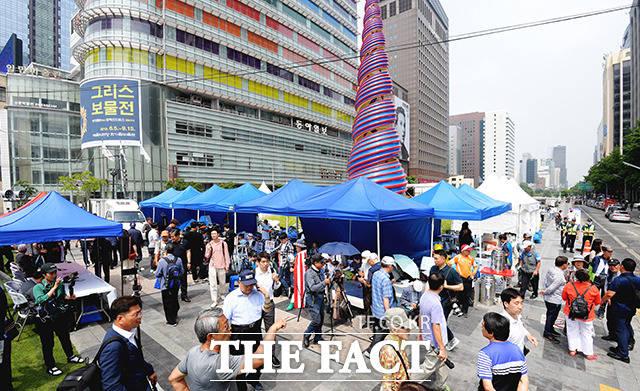 광화문 광장에서 청계광장으로 일시적으로 이동한 우리공화당 천막