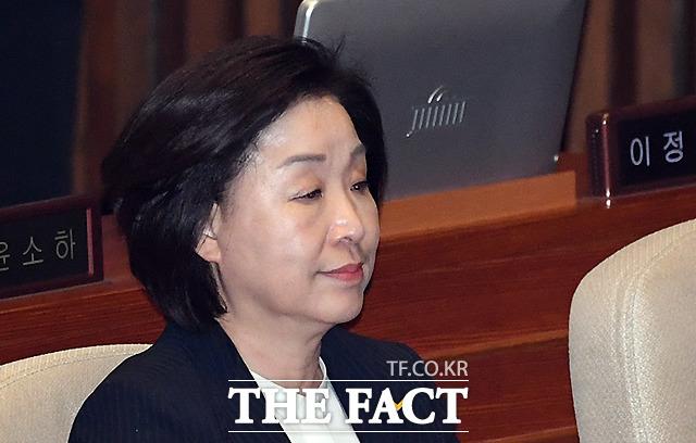 28일 국회 본회의에 참석한 심상정 정개특위 위원장은 굳은 표정으로 자리를 지켰다. 민주당·한국당·바른미래당과 달리 비교섭단체 정당 의원들의 표정은 어두웠다. /이새롬 기자