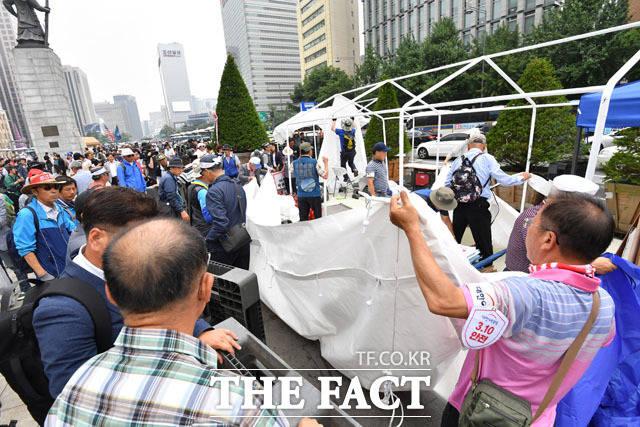 우리공화당(구 대한애국당) 관계자들이 28일 오전 서울 종로구 광화문광장에 설치된 천막을 철거해 옮기고 있다./남윤호 기자