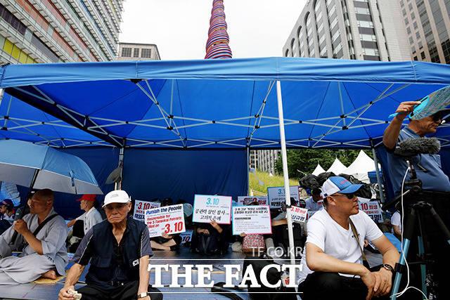 천막 안밖에서 이어지는 시위