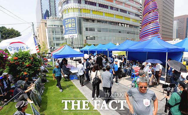 28일 오후 서울 중구 서울파이낸스센터 앞 청계광장에 우리공화당(구 대한애국당) 천막이 임시 이동 설치된 가운데 당 관계자들이 시위를 이어가고 있다. /이선화 기자