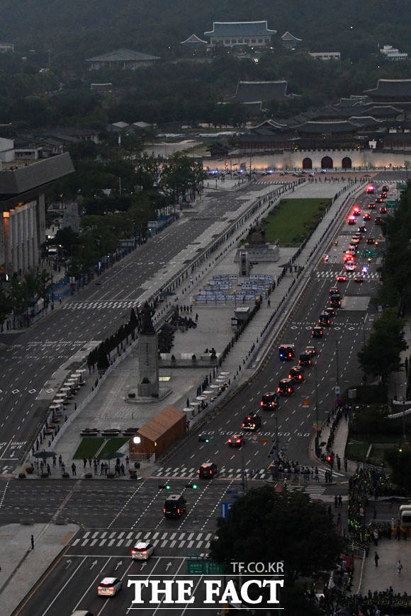 도널드 트럼프 미국 대통령을 태운 차량 행렬이 29일 오후 서울 중구 세종대로를 지나 청와대로 향하고 있다. /남윤호 기자