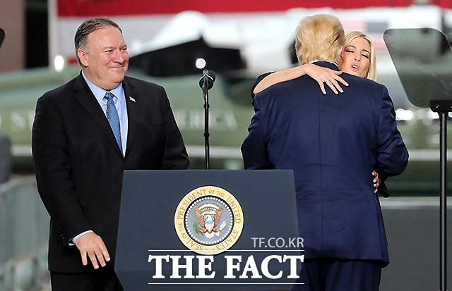 도널드 트럼프 대통령이 30일 오후 경기 평택시 주한미군 오산 공군기지에서 연설을 하던 중 마이크 폼페이오 미 국무부 장관과 이방카 트럼프 백악관 선임보좌관을 소개하며 이방카 트럼프와 포옹을 하고 있다./평택=뉴시스
