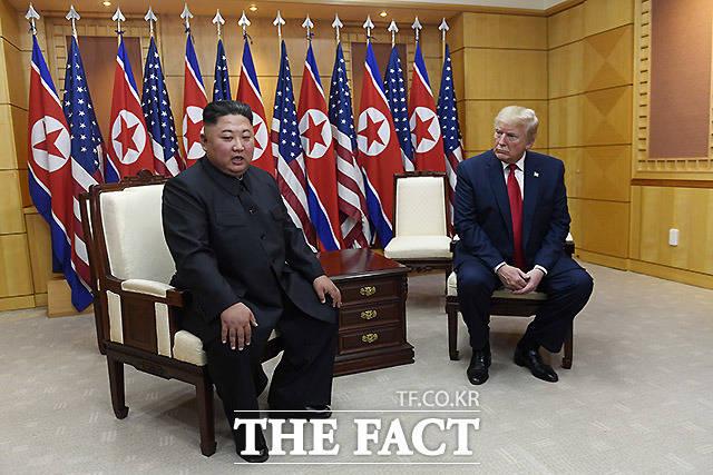 김정은 북한 국무위원장과 도널드 트럼프 미국 대통령이 판문점 자유의집에서 회담을 하고 있는 모습. /AP.뉴시스