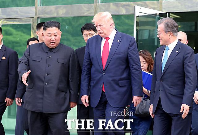 문재인 대통령과 김정은 북한 국무위원장, 도널드 트럼프 미국 대통령이 30일 경기 파주 판문점 공동경비구역(JSA) 자유의 집에서 회담을 마친 뒤 대화를 나누며 나오고 있다. /판문점=뉴시스