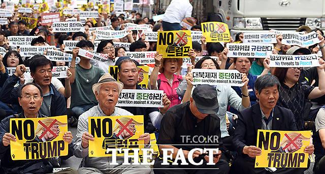 트럼프 방한을 반대하는 집회 참가자들. 29일 서울광장 앞. /이동률 기자