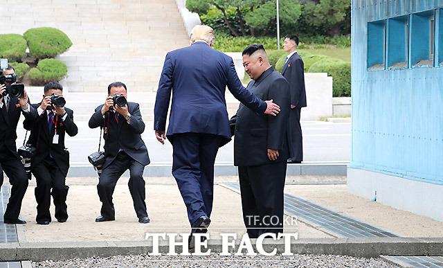 도널드 트럼프 미국 대통령과 김정은 북한 국무위원장이 30일 판문점 공동경비구역(JSA) 군사분계선을 넘어 북측으로 걸어가고 있다. /판문점=뉴시스