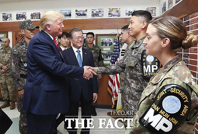 DMZ(비무장지대) 내 미군 부대인 캠프 보니파스를 방문한 도널드 트럼프 미국 대통령. /파주=뉴시스