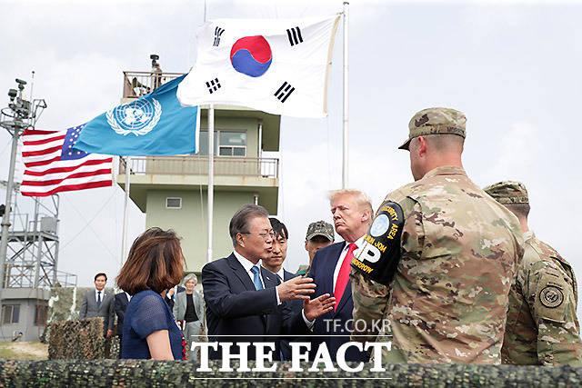 캠프 보니파스 북쪽의 최북단 오울렛 초소를 찾아 북한 지역을 관망하는 두 정상. /파주=뉴시스