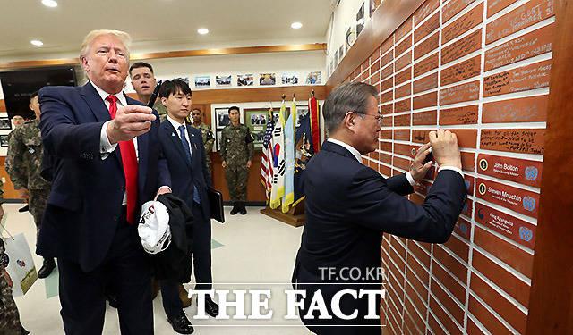 문재인 대통령이 30일 경기 파주 판문점 공동경비구역(JSA) 인근 미군 부대인 캠프 보니파스를 방문해 벽에 방문 서명을 하고 있다. /파주=뉴시스