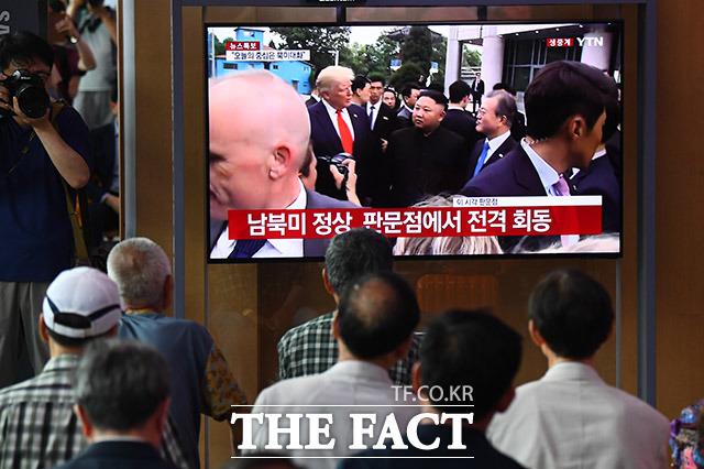 30일 오후 서울 용산구 서울역 대합실에서 시민들이 남·북·미 정상들의 판문점 JSA 회동을 TV로 지켜보고 있다. /이동률 기자